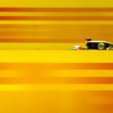 Kimi Räikkönen pasa a toda velocidad en Hockenheim