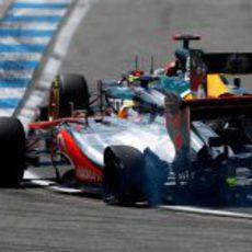 Lewis Hamilton con un neumático pinchado en Alemania 2012