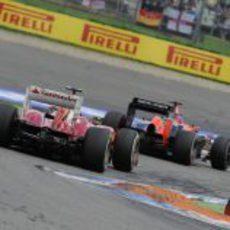 Felipe Massa pelea con un Marussia
