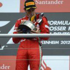 Fernando Alonso besa su trofeo en el podio