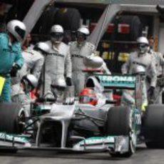 Michael Schumacher hace una parada en 'boxes'