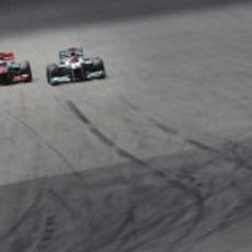 Jenson Button y Michael Schumacher pelean en Hockenheim