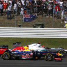 Mark Webber y Michael Schumacher luchan por posición