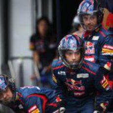 Los mecánicos de Toro Rosso esperan la entrada del coche