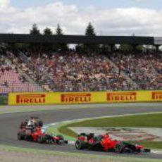 Los Marussia ruedan por delante de un HRT