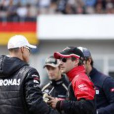 Timo Glock charla con Michael Schumacher