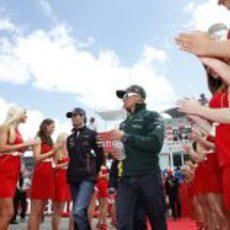 Mark Webber y Heikki Kovalainen acuden al 'drivers parade'