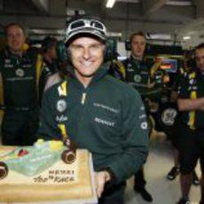 Heikki Kovalainen posa con su tarta de celebración