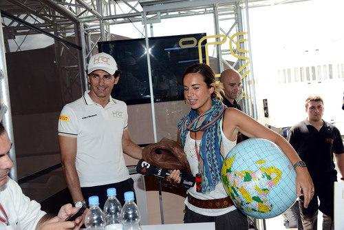 Laia Ferrer, Pedro de la Rosa y una bola del mundo