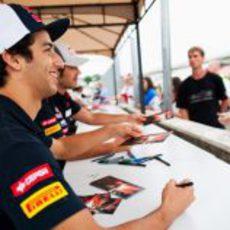 Los pilotos de Toro Rosso firman autógrafos a sus aficionados