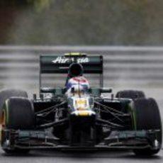 Vitaly Petrov toma un curva sobre el asfalto mojado de Hungaroring
