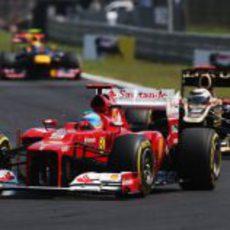 Fernando Alonso perseguido por Kimi Räikkönen en Hungría 2012