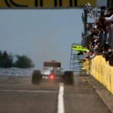 Lewis Hamilton cruza la meta el primero en Hungría