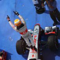 Lewis Hamilton subido a su McLaren para celebrar la victoria