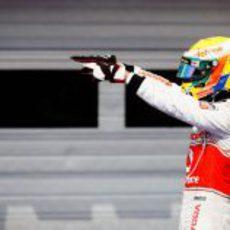Lewis Hamilton señala a sus mecánicos tras el GP de Hungría 2012
