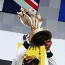 Lewis Hamilton levanta su trofeo de ganado en el GP de Hungría 2012