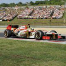 Pedro de la Rosa pasa junto a las gradas con su F112 durante el GP de Hungria 2012