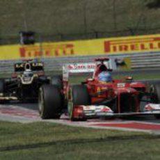 Fernando Alonso mantiene la posición con Kimi Räikkönen