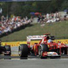 Fernando Alonso rueda con los medios durante la carrera en Hungaroring