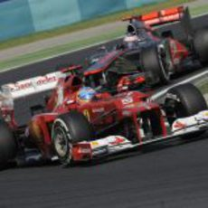 Fernando Alonso mantiene la distancia con un McLaren