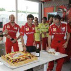 Alonso junto a la tarta que Ferrari le ha regalado por su cumpleaños