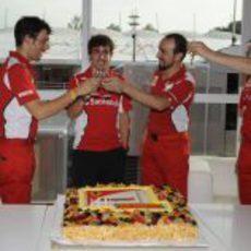 Brindis con champán por el cumpleaños de Alonso