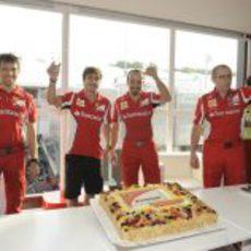 El equipo Ferrari bebe a la salud de Fernando Alonso