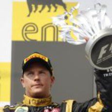 Kimi Räikkönen levanta el trofeo por su segunda posición