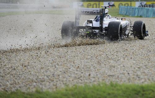 Pastor Maldonado se sale de la pista en los libres