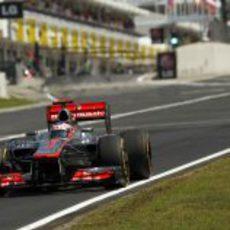 Jenson Button llega a la primera curva de Hungaroring