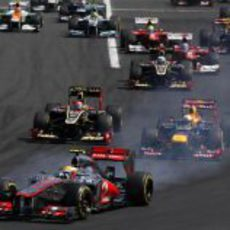 Lewis Hamilton bloquea las ruedas en la primera curva