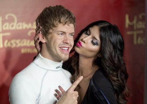 Un beso de Micaela Schaefer para la figura de cera de Vettel