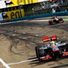 Lewis Hamilton cruza primero la línea de meta en Hungría 2012