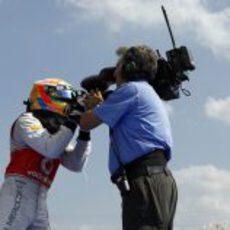 Lewis Hamilton le habla a la cámara tras ganar en Hungría 2012