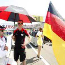 Timo Glock espera el inicio de la carrera