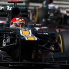 Heikki Kovalainen rueda por delante de Vitaly Petrov