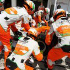 Los mecánicos de Force India realizan un cambio de neumáticos