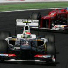 Sergio Pérez rueda por delante de Fernando Alonso