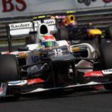 Mark Webber se aproxima a Sergio Pérez
