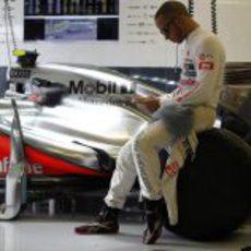 Lewis Hamilton en su box