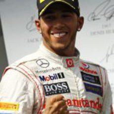 Lewis Hamilton sonríe en el podio