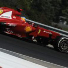 Fernando Alonso rueda por la tercera curva de Hungaroring