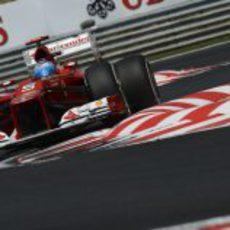 Fernando Alonso atraviesa la chicane de Hungaroring