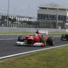 Fernando Alonso rueda por delante de Kimi Räikkönen