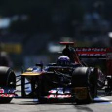 Daniel Ricciardo llega al garaje del equipo Toro Rosso