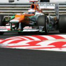 Paul di Resta pasa por las curvas de Hungaroring