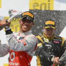 Lewis Hamilton celebra su victoria con champán en Hungría