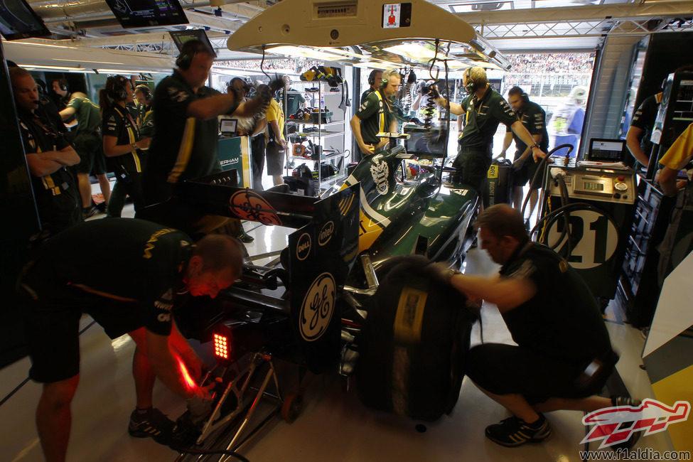 Vitaly Petrov se prepara en el garaje para la clasificación