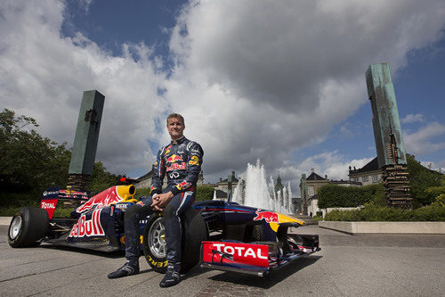 David Coulthard posa con el RB6 en embajador de Copenhague