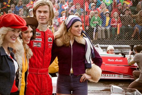 Chris Hemsworth, como James Hunt, en primer plano con sus chicas